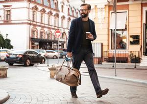 كيف تبدو أنيقاً في سفرك عندما تكون سعة حقيبتك محدودة؟